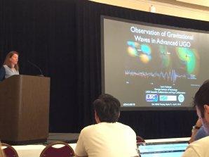 Přednáška na téma gravitačních vln na konferenci Americké astronomické společnosti 2016. Autor: Vladimír Karas.