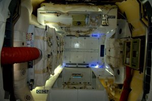 Pohled do interiéru Dragonu v době, kdy je připojen k ISS Autor: NASA