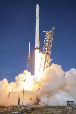Start rakety Falcon 9 s lodí Dragon 8. 4. 2016 Autor: spaceflightnow.com