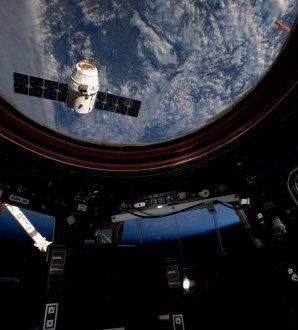 Blížící se Dragon okny kosmické stanice Autor: Twitter/astronaut Tim Kopra