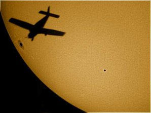 Na obrázku je kus slunečního kotouče s velkou sluneční skvrnou a detaily ve sluneční fotosféře. Ovšem to nejpozoruhodnější je ten puntík vpravo,  planeta Merkur. Snímek byl pořízen při úkazu v roce 2006. Autor: Pete Albrecht