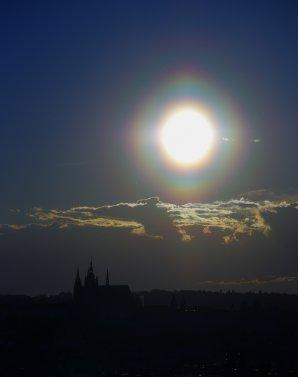 Pylová koróna kolem Slunce nad Prahou 20. května 2013. Autor: Tomáš Tržický