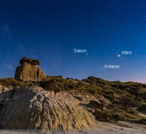 Seskupení Marsu, Saturnu a hvězdy Antares nad Dinosaur Provincial Park v Kanadě. Autor: Alan Dyer.