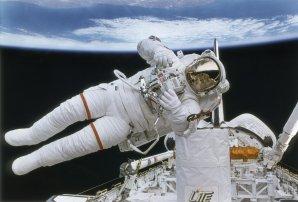 Astronaut při výstupu z raketoplánu Autor: NASA