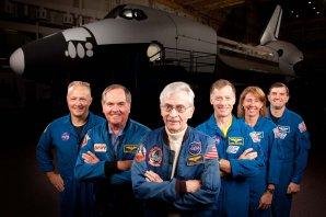 Společný snímek první a poslední posádky raketoplánu Autor: NASA