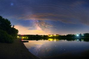Hvězdné nebe 22. června 2015 nad Sečskou přehradou. Všimněte si, že obloha není úplně tmavá, spíše do modra. A snímek byl přitom získán jen necelou hodinu před místní půlnocí. Autor: Petr Horálek
