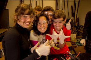 Každý den nás čeká fyzikální workshop. Zde momentka z výroby baterky. Autor: ÚLeT.