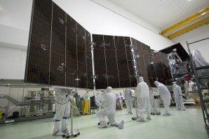 Devět metrů dlouhý solární panel Juno v montážní hale Autor: NASA