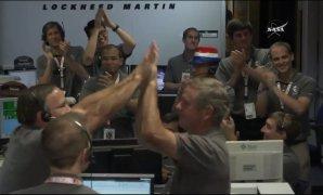 Oslava v řídícím středisku po ohlášení vypnutí motoru Juno Autor: NASA TV