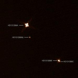 Pozorování planety HD 131399Ab přístrojem SPHERE: snímek zachycuje nově objevenou exoplanetu HD 131399Ab v trojhvězdném systému HD 131399. Záběr byl pořízen pomocí přístroje SPHERE pracujícího ve spojení s dalekohledem ESO/VLT v Chile. Obrázek je složen ze dvou jednotlivých záběrů. Jeden snímek zachycuje trojici hvězd, druhou expozicí byla snímána samotná planeta. Proto planeta na snímku vypadá mnohem jasnější, než by byla ve skutečnosti. Autor: ESO/K. Wagner a kol.