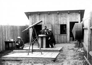 Historický snímek proměřování polohy observatoře v Ondřejově. Autor: Astronomický ústav AV ČR