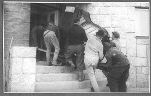 Stěhování klavíru na observatoř na Skalnatém Plese ve Vysokých Tartrách. Autor: Archiv ČAS.