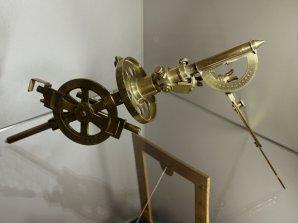 Gnómonograf - přístroj pro vykreslení číselníku slunečních hodin Autor: Jaromír Ciesla.
