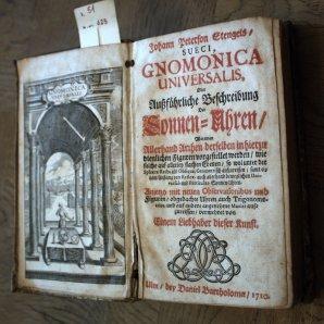 Tytulní strana Gnomonica Universalis - příručka pro konstrukci slunečních hodin z roku 1710 Autor: Pavel Uhrin