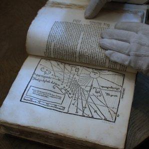 Detail knihy s popisem konstrukce slunečních hodin Autor: Pavel Uhrin