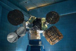 Družice Amos 6 během pozemních testů Autor: spaceflightnow.com