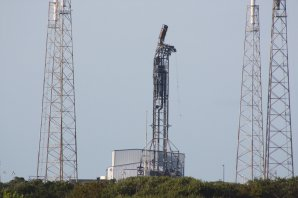 Poškozená věž startovní rampy na komplexu 40 Autor: spaceflightnow.com