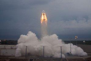 Vzlet prototypu lodi Crew Dragon během Pad Abort Testu v květnu 2015 Autor: SpaceX