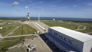 Poblíž rampy 39A již najdeme hangár s logem SpaceX Autor: NASA
