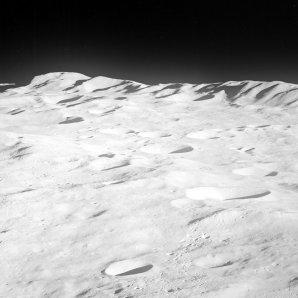 Severní okraj pánve Aitken fotoaparátem astronautů z Apolla 8 (1968) Autor: wikipedia