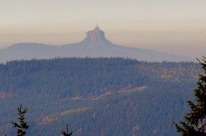 Na hranici inverze docházelo k lomu a deformaci obrazu Ještědu, pořízeno z Krkonoš 20. 10. 2012. Autor: František Kovařík