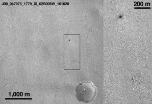 Zničený modul Schiaparelli (nahoře) a jeho světlý padák na povrchu Marsu; vpravo zvětšený úsek Autor: ESA