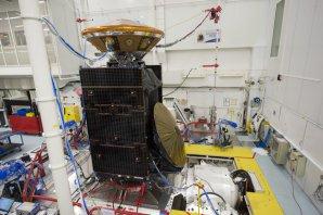 ExoMars během pozemních testů. Sonda TGO a modul Schiaparelli (oranžový kužel nahoře) Autor: ESA