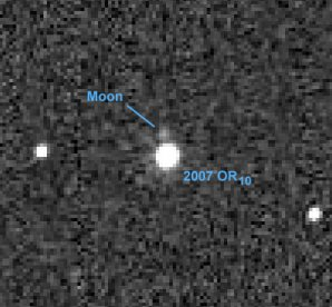 Objev satelitu u planetky 2007 OR10 Autor: NASA/ESA/W. Fraser/G. Marton