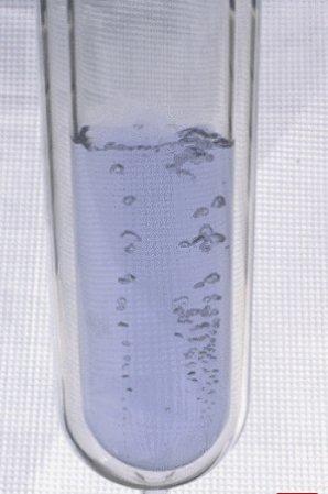 Ilustrační obrázek typicky namodralého kapalného kyslíku Autor: Chemistry.about.com