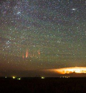 Hustotní vlny zeleného airglow a rudý skřítek nad bouří v Jižní Dakotě. Autor: Tom A. Warner
