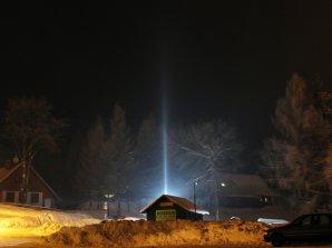 Halový sloup na ledových krystalech při umělém osvětlení. Hrabětice, 1. 2. 2011. Autor: Tomáš Tržický