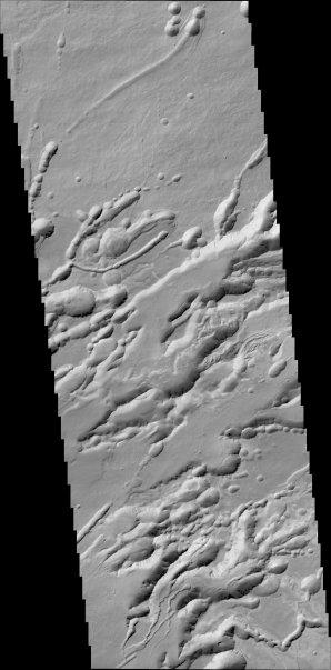 25 kilometrů široký pruh složených snímků z kamery CaSSIS zachycuje oblast Arsia Chasmata. Autor: ESA.