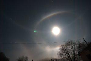 Opsané halo, paraselenický kruh a infralaterální oblouk - halové jevy v přízemní vstvě ovzduší kolem Měsíce. Snímáno širokoúhlým objektivem 15. 11. 2016 ve Velkých Karlovicích. Autor: Matěj Grék