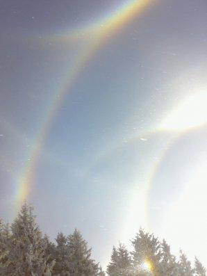 Jasný úkaz s mnoha vzácnými halovými jevy, Deštné v Orlických horách 25. prosince 2007. Autor: Radek Svoboda