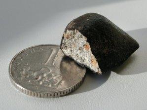 Na obrázku je jeden z meteoritů Žďár nad Sázavou (9. 12. 2014), který byl nalezen necelé 2 týdny po pádu. Předpokládáme, že meteority ze 7. 12. 2016 by mohly vypadat velmi podobně. Autor: AsÚ AV ČR, Pavel Spurný