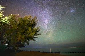 Môj prvý airglow som nafotil v najjužnejšom cípe ostrova Maurícius v rezorte Tamassa pri Bel Ombre o lokálnej polnoci 2. 12. 2013. Intenzívny zelený a červený homogénny airglow silno kontrastuje s ružovkastým svetlom južnej Mliečnej cesty. Svetelný most na hladine Indického oceána vytvorila hviezda Alfa Centauri nazývaná Toliman. Vpravo sa nachádza Veľký Magellanov mrak. Autor: Marian Dujnič