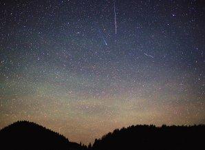 Fotenie airglow sa mi na Mauríciu zapáčilo natoľko, že po návrate som sa vypravil na Besník pri Telgárte a krátko pred brieždením 13. 12. 2013 som na jednej snímke zachytil nielen rozvlnené nočné žiarenie atmosféry, ale aj kométu C/2013 R1 (Lovejoy) v súhvezdí Herkules a zvečniť sa nechala aj rýchla zelená Geminida. Autor: Marian Dujnič