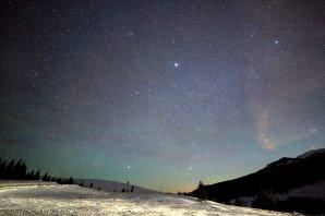 Aj nasledujúce ráno 14. 12. 2013 bol na Besníku pod Kráľovou hoľou viditeľný intenzívny rozvlnený i farebný airglow. Oblohe dominoval jasný Jupiter a tesne nad hviezdou Sírius zanechala stopu ďalšia lietavica z meteorického roja Geminíd. Autor: Marian Dujnič