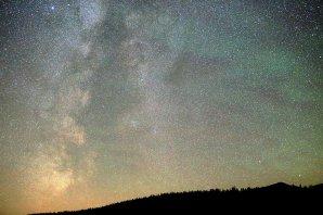 Na snímke v noci 28./29. augusta 2016 sa cez 50mm objektív Sigma ukázali podrobnosti nočnej oblohy s Mliečnou cestou nad Kráľovou skalou (1690 m nad morom). Zelený airglow pripomínal ťahy štetcom na nebeskej klenbe akéhosi imaginárneho kozmického maliara. Autor: Marian Dujnič