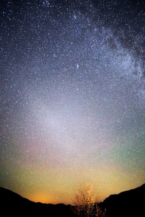 Na snímke ze 30. 9. 2016 o 1:55 SEČ máme v príkladnej vzdialenostnej postupnosti strom na Besníku, kopce Slovenského Rudohoria, airglow, protisvit (Gegenshein), hviezdy Mliečnej cesty a galaxii v Androméde. Autor: Marian Dujnič