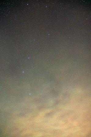 Rozvlnený airglow 3. 12. 2016 o 2:37 SEČ vo hviezdnom zoskupení Veľký voz. Dôkaz, že tento jav sa dá pozorovať nielen vysoko v horách, ale aj v nížinách a dokonca v oblasti so silným svetelným znečistením v blížkom okolí Bratislavy. Autor: Marian Dujnič