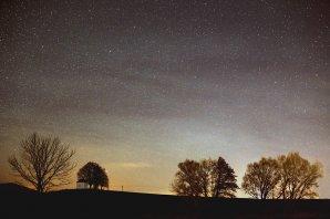 Krátko po skončení astronomickej noci intenzita airglow 3. 12. 2016 začínala slabnúť. S krásnym javom som sa rozlúčil fotografiou pri kaplnke sv. Rozálie pri obci Štefanová o 5:17 SEČ. Autor: Marian Dujnič