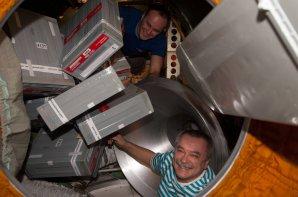 Kosmonauté Sergej Rjazanskij (nahoře) a Michail Ťurin vynášejí zásoby z nákladní lodi Progress (2014). Zatím poslední misi nebylo souzeno dostat se tak daleko. Autor: NASA