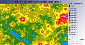 Mapa světelného znečištění v České republice (převzato z Falchi et al. 2016). Světle modré oblasti jsou místa s nejnižší mírou světelného znečištění v České republice. Nejvíce světla je pak v okolí velkých měst a aglomerací. Tmavě modré, šedé a černé oblasti se u náš již nenacházejí. Na mapě jsou také vyznačeny oblasti tmavé oblohy založené do roku 2016: Jizerksá (JOTO), Beskydská (BOTO) a Manětínská (MOTO). Autor: Fabio Falchi, Martin Mašek.