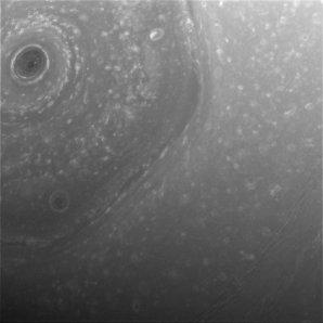 Pohled na Sluncem osvětlený severní pól planety Saturn Autor: NASA/JPL-Caltech/Space Science Institute