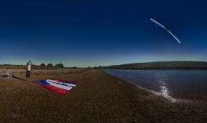 Panoramatický snímek s průběhem prstencového zatmění Slunce. Záběr krajiny byl pořízen během maximální fáze úkazu a vložená série průběhu zatmění ze stejného místa stejným vybavením. Kompozice v plné kvalitě byla bohužel umístěna na odcizeném datovém úložišti. Za pozorovatelem Danielem Sokolem vlevo je montáž, na níž je upevněn foťák s kýženým filmem uvnitř. Autor: Petr Horálek.