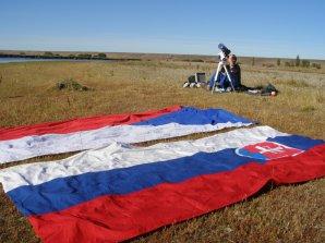 Petr Horálek fotografuje zatmění Slunce u národních vlajek. Autor: Daniel Sokol.