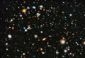 Hubblovo ultrahluboké pole obsahuje nejslabší galaxie až 10 miliardkrát slabší, než hvězdy viditelné pouhým okem. Vzznikaly 100 miliónů let po Velkém třesku. Autor: APOD, NASA, ESA