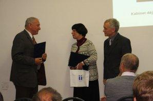Předseda České astronomické společnosti Jan Vondrák (vlevo) předává cenu Littera astronomica (2016) manželům Aleně a Petru Hadravovým. Autor: Mirek Dočekal