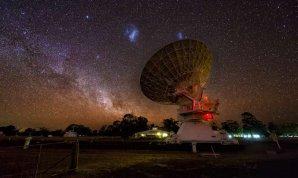 Veľké a Malé Magellanovo mračno viditeľné na oblohe nad rádiovým teleskopom v Austrálii. Autor: Mike Salway